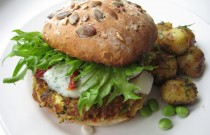 Courgette-feta burger with yoghurt sauce