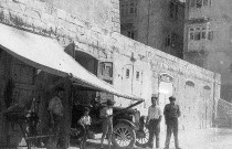 6 curiosities revealed by this photo of a Ford T in Valletta c.1930